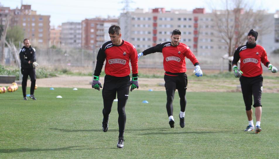 Egdar Badia, en primer terme, durant un entrenament amb Antonio Sillero i Jordi Codina, sota la direcció del tècnic Yvan Castillo.