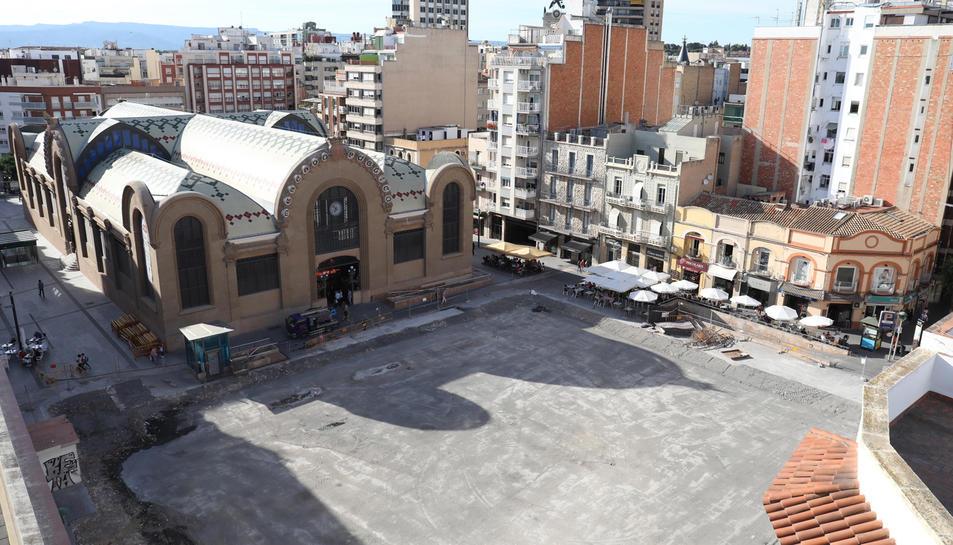 Imatge zenital de la plaça Corsini el dia d'ahir, amb l'envelat ja retirat i sense les màquines treballant a l'interior.