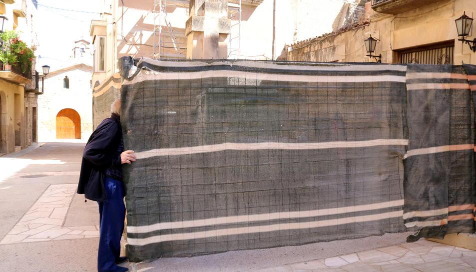 Un avi tafanejant les obres obrint la tanca de protecció a Vilalba dels Arcs, aquest 6 de juny de 2017
