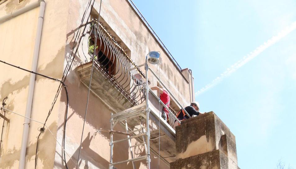 Creu franquista de Vilalba dels Arcs de perfil amb els operaris a dalt iniciant la retirada, aquest 6 de juny de 2017