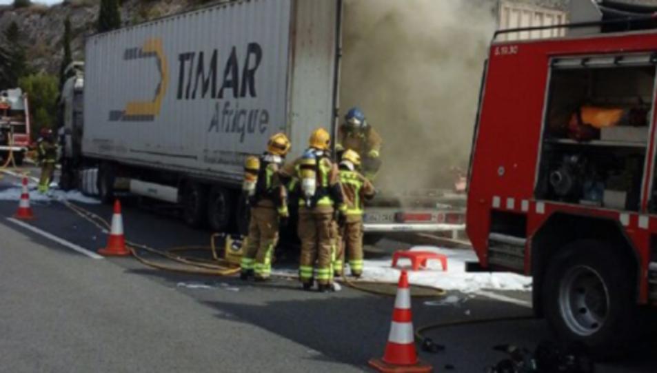 Els Bombers treballant per apagar el foc.