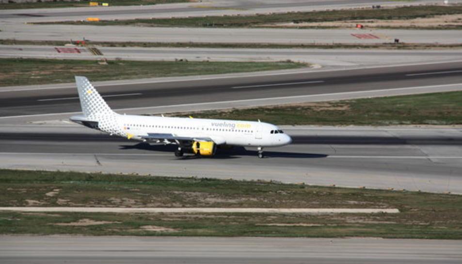 Imatge d'un avió de Vueling a les pistes de l'aeroport del Prat el 14 de novembre de 2016.