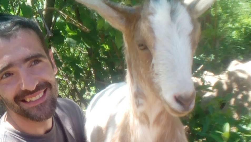 La cabra amb el seu cuidador, Rubén Alcázar.