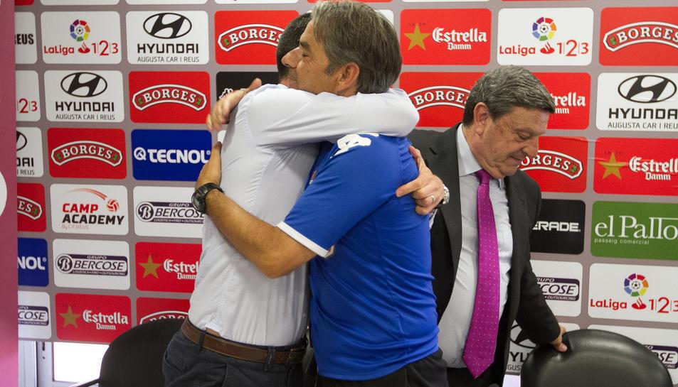 Natxo González s'abraça amb el director esportiu, Sergi Parés, després de fer-ho també amb el president del club, Xavier Llastarri.