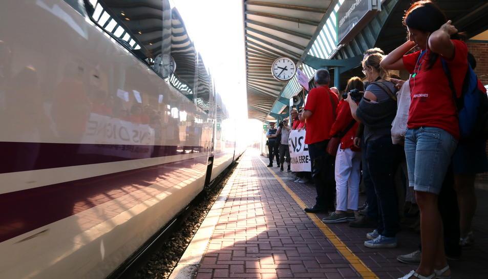 Pla general de l'andana 4 de l'estació de l'Aldea, en el moment de l'arribada del tren Euromed, que esperaven activistes i representants polítics ebrencs per fer un viatge reivindicatiu a Castelló. Imatge del 7 de juny de 2017 (horitzontal)