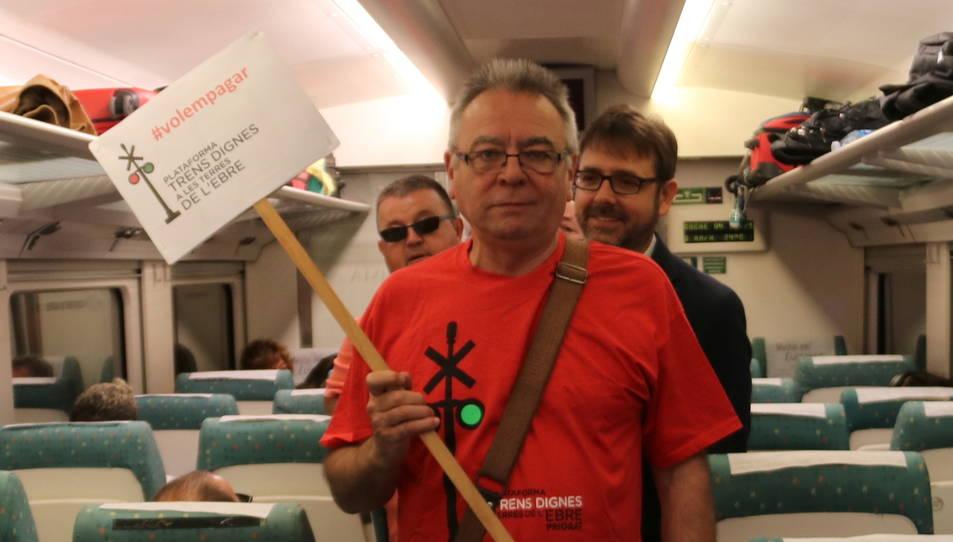El portaveu de Trens Dignes, Josep Casadó, en un dels vagons de l'Euromed, durant la reivindicació d'aquest dimecres.