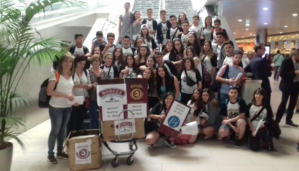 Els alumnes de l'Institut Salvador Vilaseca van rebre un petit obsequi de Borges.