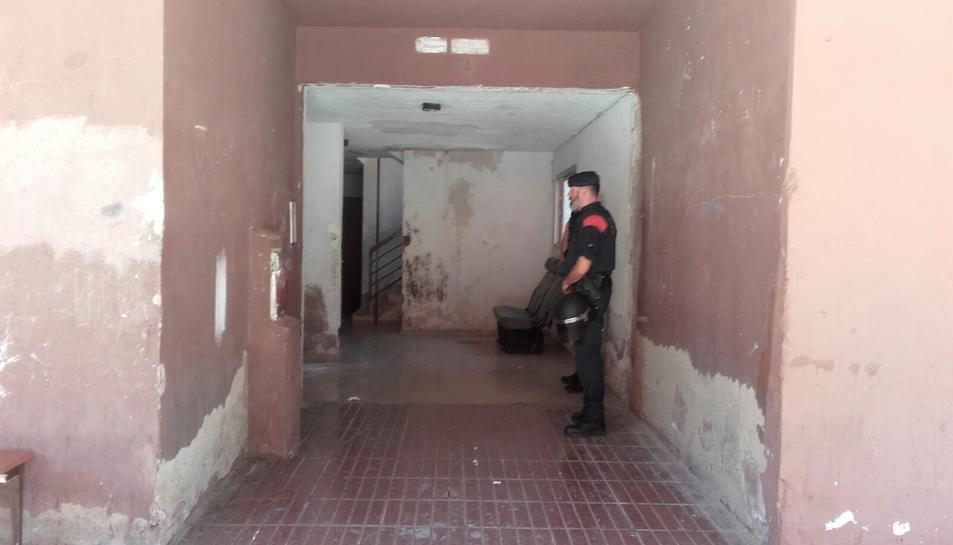 Imatge d'un agent dels Mossos d'Esquadra que participa en l'operació antidroga d'aquest dimecres 7 de juny a Campclar.