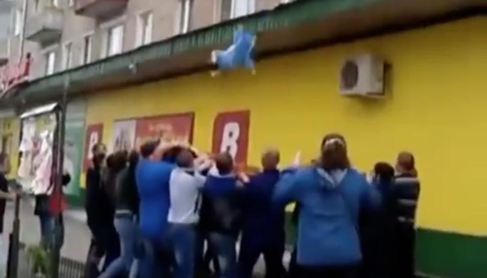 Imatge del moment en que le nadó d'11 mesos és atrapat per la multitud.
