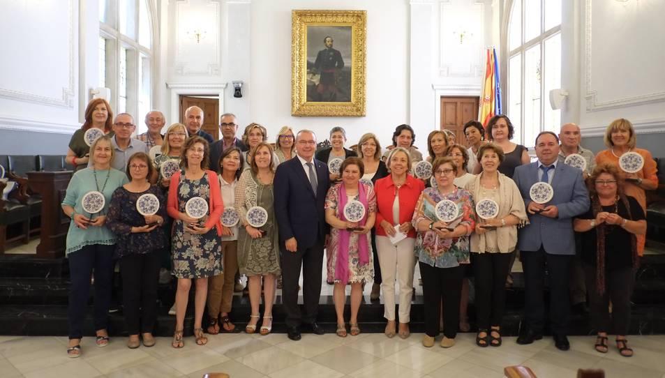 Fotografia de família de la recepció al Saló de Plens.