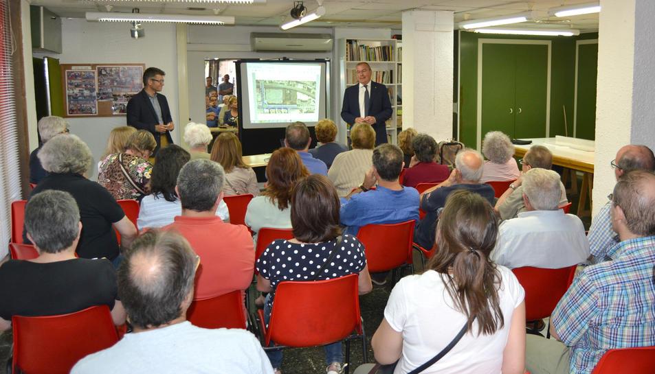 Imatge de la reunió mantinguda entre l'alcalde de Reus, Carles Pellicer, el regidor d'urbanisme, Marc Arza i els veïns del barri Niloga.