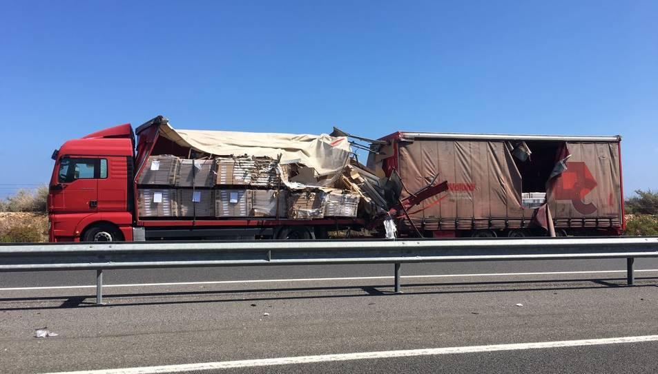 Tot indica que a causa de la topada, el camió hauria perdut part de la càrrega.