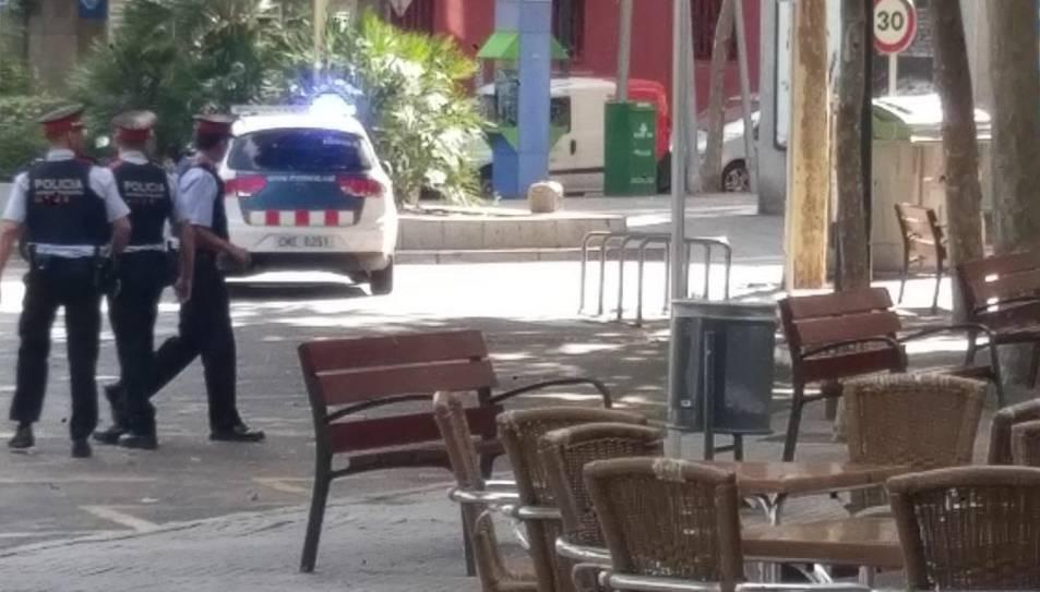 Un moment de l'operació policial que a la plaça de la Pastoreta.