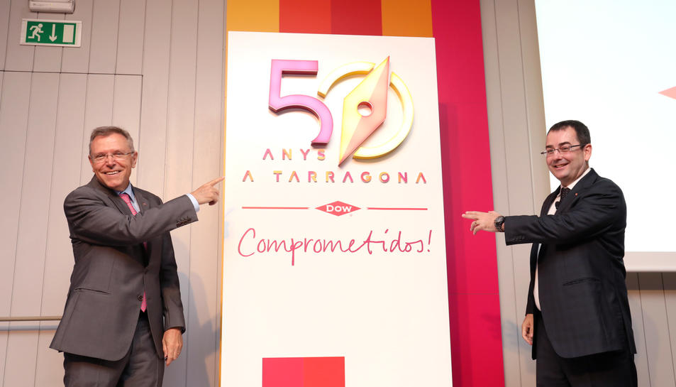 Anton Valero i i Jaume Sariol descobreixen el loga del cinquantè aniversari de Dow Tarragona.