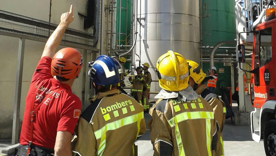Els Bombers van simular rescatar un operari que havia caigut i es trobava a un tram d'escales a 15 metres d'alçada.