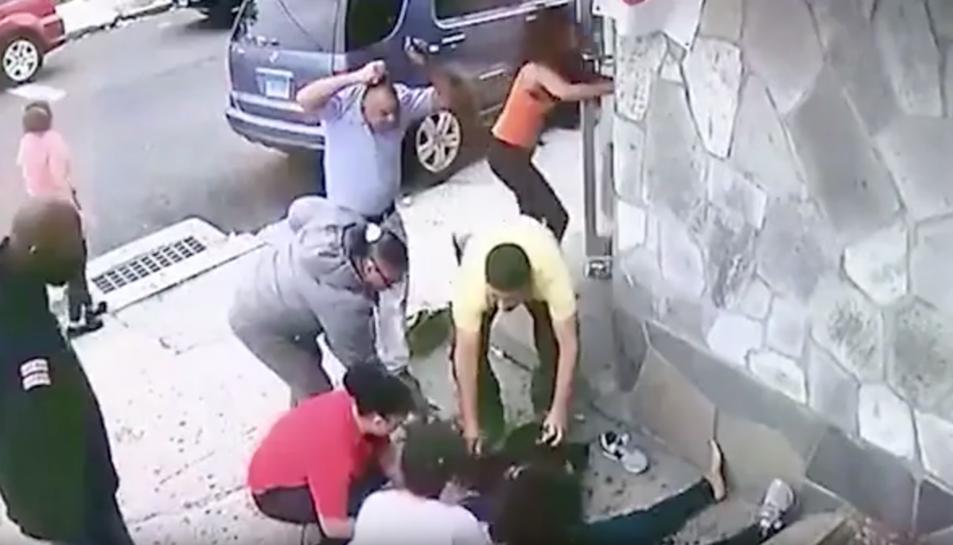 Les càmeres de seguretat del carrer van captar el moment de l'impacte.