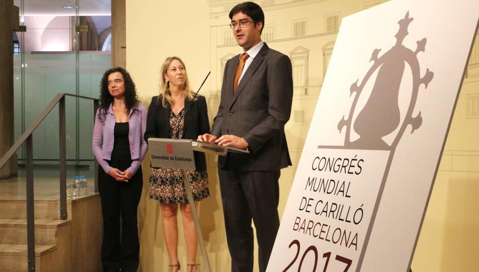 El secretari de la Confraria de Campaners i Carillonistes de Catalunya, Ramón Gené, la carillonista del Palau de la Generalitat, Anna Maria Reverté, i la portaveu del Govern, Neus Munté, durant la presentació del Congrés.