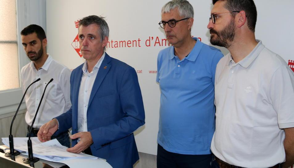 L'alcalde d'Amposta, Adam Tomàs, compareixent acompanyat de regidors del govern municipal per donar compte de la sentència del contenciós-administratiu.