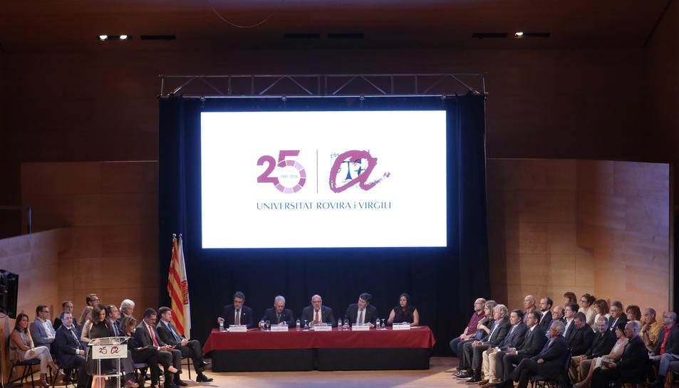 Representants de la comunitat universitària, d'empreses i institucions van ocupar l'escenari del Josep Carreras.