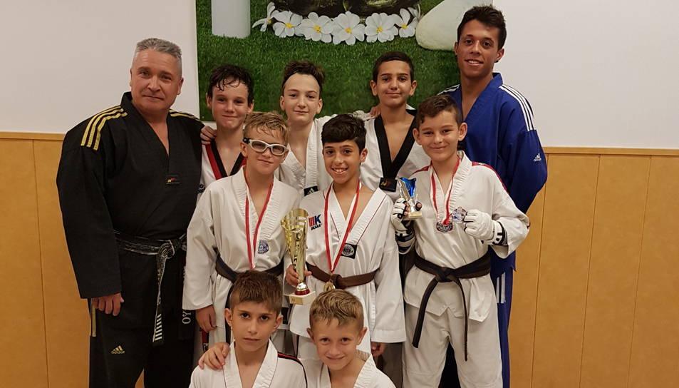 Els nou taekwondistes del gimnàs reusenc que van participar al XV Campionat Internacional de Taekwondo d'Andorra.