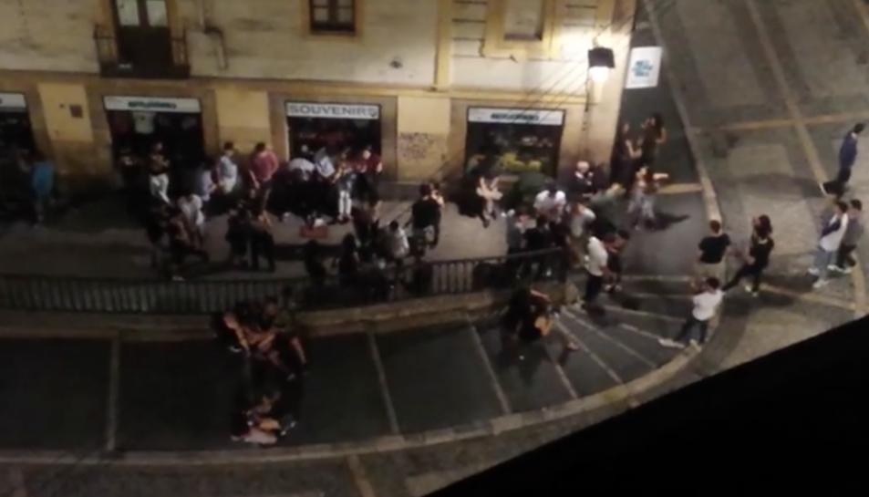 Una captura del vídeo, on es veuen els grups de joves.