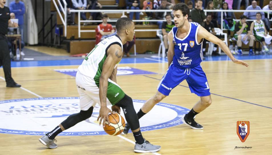 El cebetista Marc Giménez defensant al jugador Kristopher Landon.