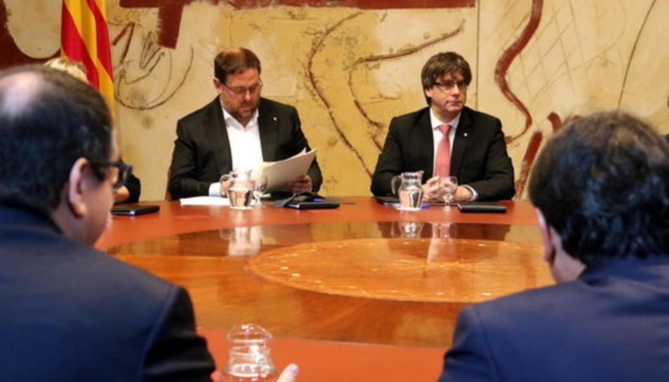 Puigdemont i Junqueras en la reunió extraordinària del Consell Executiu just abans d'anunciar la data i la pregunta del referèndum el 9 de juny del 2017.