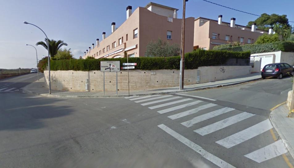 Els cotxes han topat a la rotonda que uneix els dos carrers.