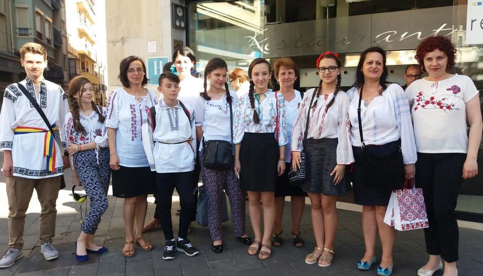Els alumnes romanesos somriuen en una fotografia de família realitzada a la plaça Corsini.
