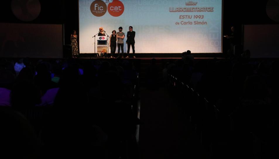 Pla obert de la cloenda del FIC-CAT en el moment de l'entrega a millor llargmetratge a 'Estiu 1993'. Imatge de l'11 de juny de 2017