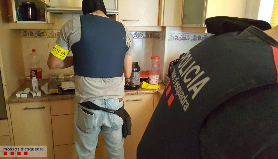 Els Mossos van intervenir diverses drogues i eines per a treballar-les.