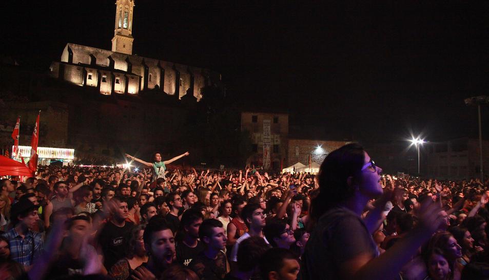 Els concerts a l'aparcament del Barri Vell són els més multitudinaris del Sant Joan vallenc.