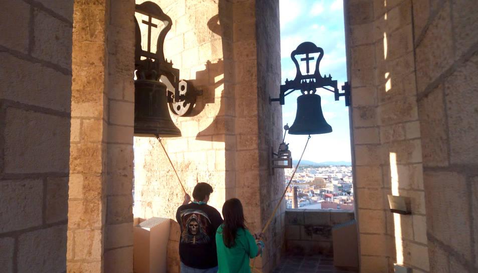 Dos Campaners de Reus ventant dues de les quatre campanes.