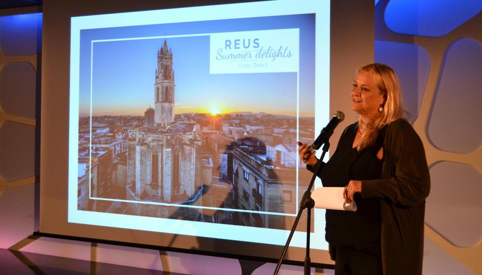 La regidora de Projecció de Ciutat, Montserrat Caelles, mostra l'aspecte de la nova iniciativa.