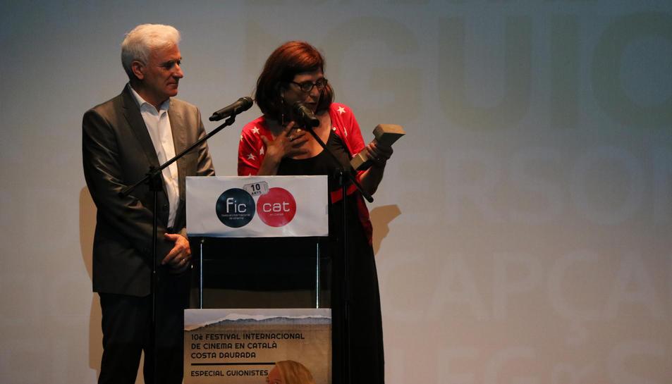 Pla obert mig del director del FIC-CAT, Antonio Barrero, fent l'entrega del premi honorífic a Rosa Vergés durant la cloenda del FIC-CAT. Imatge de l'11/06/2017