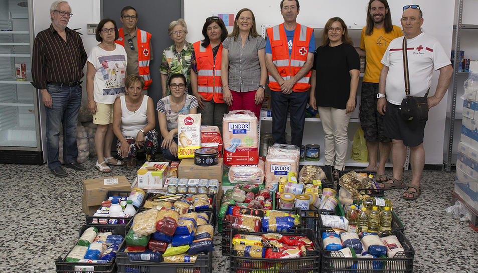 Els integrants de la secció amb els aliments que es van donar.