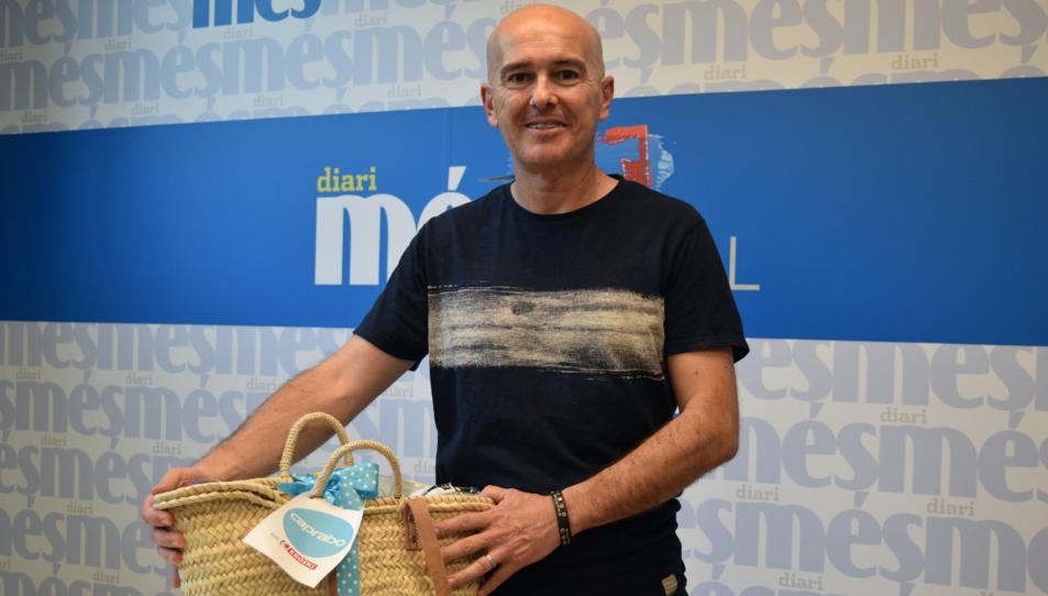 Xavier Sáez amb la cistella de productes Caprabo.
