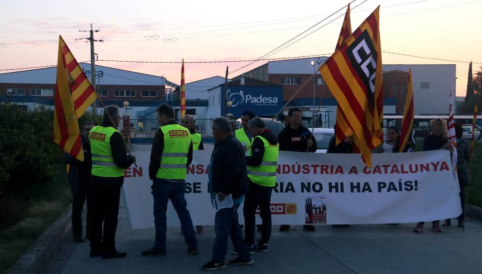 Pla general de la concentració de treballadors i representants sindicals davant l'escorxador de Padesa d'Amposta.