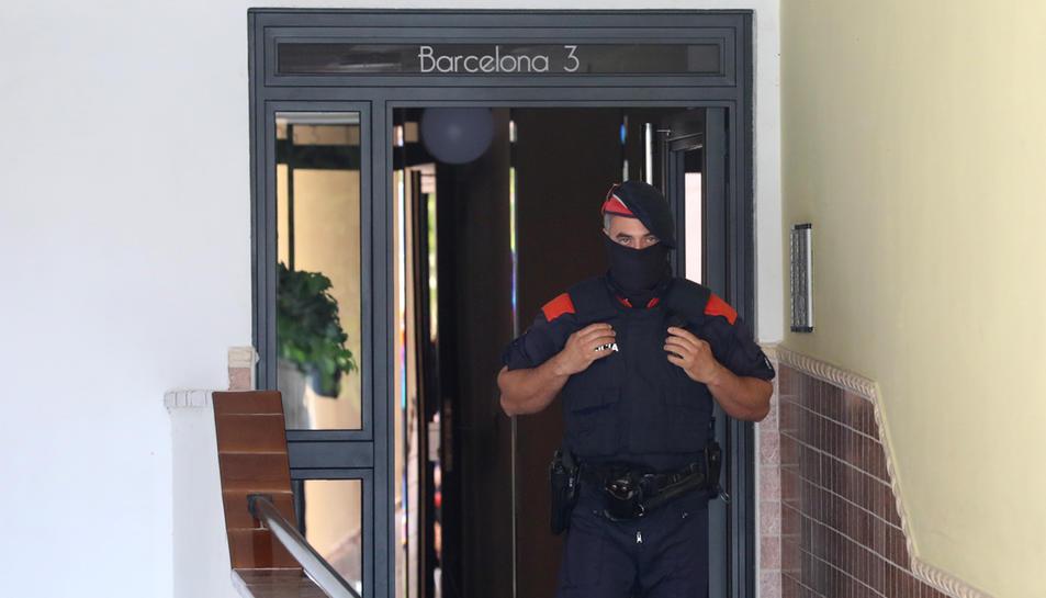 Agents dels Mossos d'Esquadra realitzant una entrada en un pis de Torredembarra.