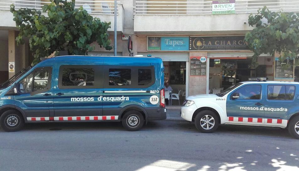 Imatge de dos furgons dels Mossos d'Esquadra davant d'un dels blocs de Torredembarra on s'està realitzant l'operació policial antidroga.
