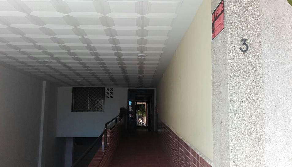 Imatge del portal d'un dels blocs de Torredembarra on els Mossos d'Esquadra estan realitzant l'operació policial antidroga.