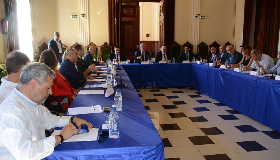 Pla obert de la reunió a l'Ajuntament de Tarragona, presidida pel conseller Jordi Baiget sobre xarxes tancades, aquest 12 de juny de 2017