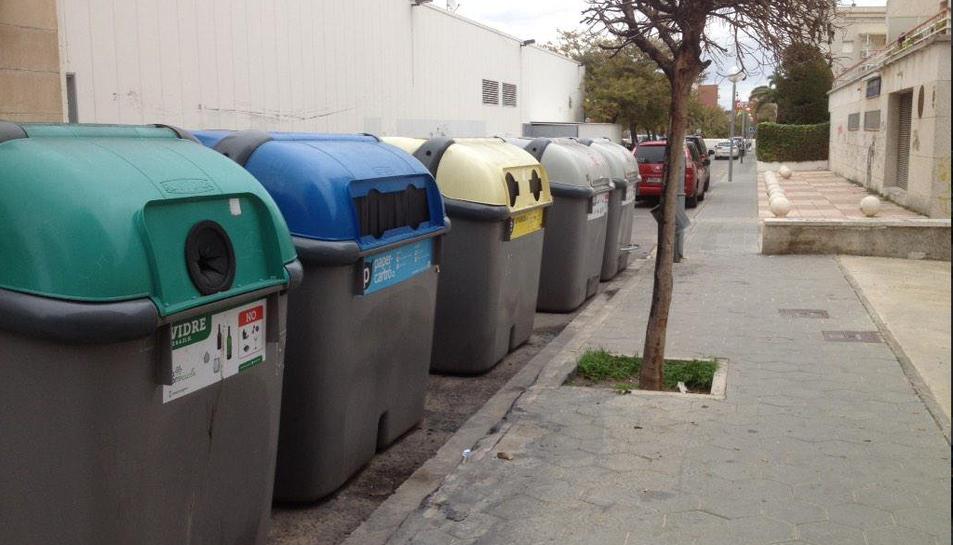 Illa de contenidors a un dels carrers de Torredembarra en una imatge d'arxiu.