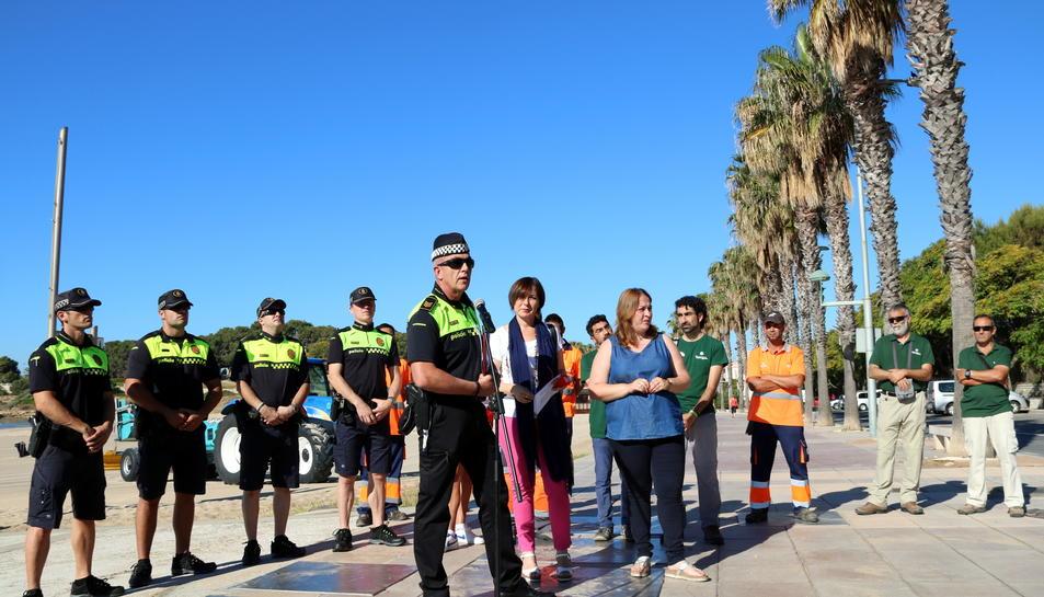 Socorristes, agents de la Guàrdia Urbana i responsables de medi natural, junt amb les regidores Ivana Martínez i Begoña Floria, en la presentació de la temporada de platges de Tarragona, a la platja de l'Arrabassada, el 13 de juny del 2017