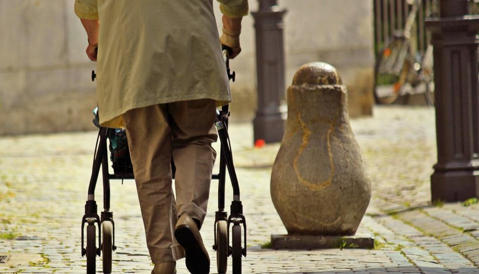 El lladre va aprofitar la manca de mobilitat de la dona per robar-li la bossa de mà.