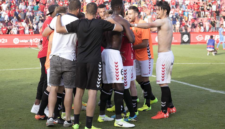 Alguns jugadors del Nàstic, celebrant el triomf contra el Girona.