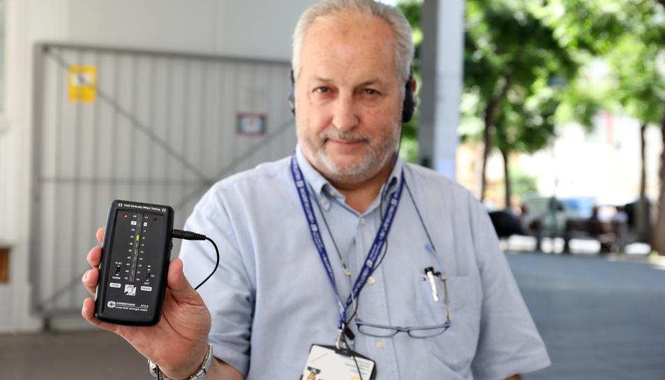 Un dels professorss que controla les proves, amb l'aparell.