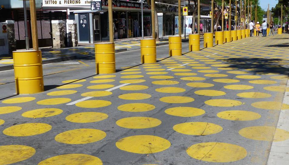 La intervenció pretén recuperar espais que estaven dedicats als vehicles, prioritzant a les persones i fent que hi hagi menys soroll.