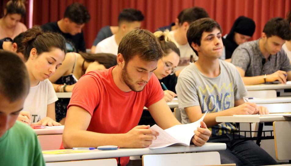 Un alumne fulleja un examen.