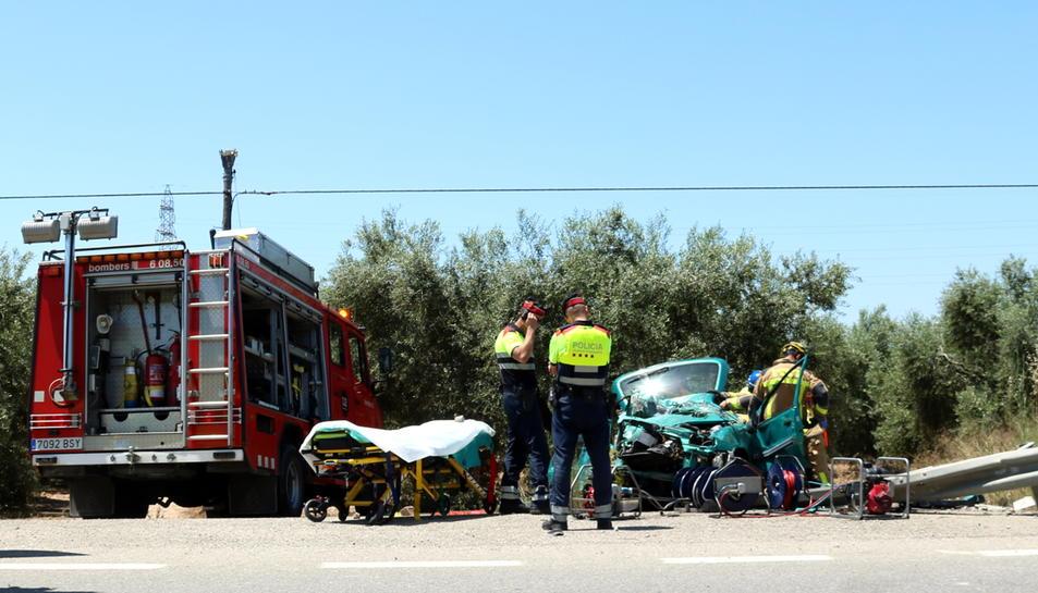 Pla general de l'accident registrat a la T-302 a Cambrils i dels Bombers treballant per excarcerar la conductora del vehicle. Imatge del 14 de juny del 2017